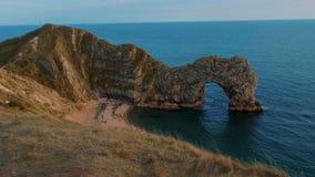 Puerta de Durdle - una señal famosa en la costa de Devon cerca de Dorset metrajes