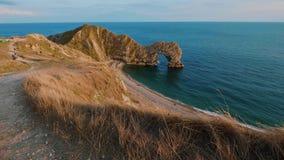 Puerta de Durdle - una señal famosa en la costa de Devon cerca de Dorset almacen de metraje de vídeo
