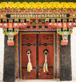 Puerta de entrada colorida al monasterio de Norbulinka, residencia del verano del ` s de Dalai Lama Foto de archivo