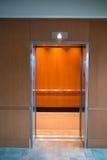 Puerta de entrada de la elevación del elevador abierta Fotos de archivo libres de regalías