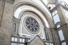 Puerta de entrada de madera grande en la sinagoga en Novi Sad, Serbia Foto de archivo