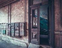 Puerta de entrada vieja con los buzones Foto de archivo