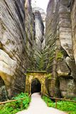 Puerta de Gotic en la montaña única Adrspasske de las rocas skaly en el parque nacional Adrspach, República Checa Imagen de archivo