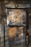 Puerta de granero de madera rústica Foto de archivo libre de regalías