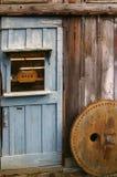Puerta de granero de madera rústica Fotos de archivo libres de regalías