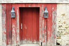 Puerta de granero roja con las linternas foto de archivo libre de regalías