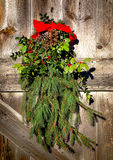 Puerta de granero vieja de la decoración de la guirnalda del día de fiesta de la Navidad Foto de archivo libre de regalías