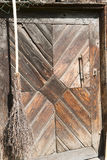 Puerta de granero y escoba Imagenes de archivo