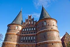 Puerta de Holsten en la ciudad vieja de Lubeck, Alemania Fotografía de archivo libre de regalías