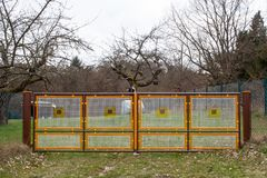 Puerta de jardín colorida foto de archivo