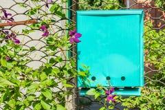 Puerta de jardín con el buzón en un día de verano, primer Foto de archivo