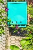 Puerta de jardín con el buzón en un día de verano soleado Foto de archivo