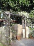 Puerta de jardín florecida Imagenes de archivo