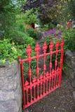 Puerta de jardín roja Fotografía de archivo libre de regalías
