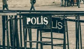 Puerta de la barrera del hierro con la inscripción fotos de archivo