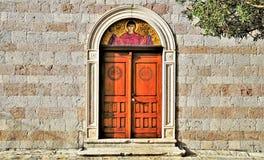 Puerta de la basílica en Budva imágenes de archivo libres de regalías