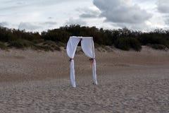 Puerta de la boda en dunas foto de archivo