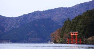 Puerta de la capilla cerca del lago Ashinoko en Shizuoka Japón almacen de video
