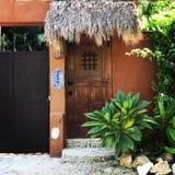 Puerta de la casa en Sayulita México imagen de archivo
