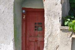 Puerta de la casa vieja deteriorada Imagen de archivo libre de regalías