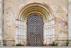 Puerta de la catedral de la suposición en Rostov el Kremlin, Rostov, uno de la ciudad más vieja y centro turístico del anillo de  fotografía de archivo