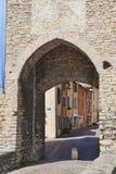 Puerta de la ciudad en Cremieu Francia Fotos de archivo libres de regalías