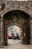 Puerta de la ciudad vieja foto de archivo libre de regalías
