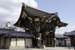 Puerta de la entrada al templo de Nishi-Honganji fotografía de archivo