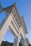 Puerta de la entrada de la opinión de Bottom Up a Tian Tan Buddha con la estatua Fotos de archivo libres de regalías