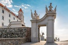 Puerta de la entrada del castillo de Bratislava y la estatua del rey Svatopluk imágenes de archivo libres de regalías