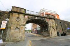 Puerta de la entrada en pared de la ciudad Foto de archivo libre de regalías