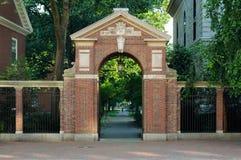 Puerta de la entrada a la yarda de Harvard imagenes de archivo