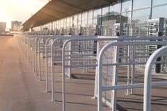 Puerta de la entrada de la seguridad - torniquetes asegurados antes de la inspección en el estadio fotos de archivo libres de regalías