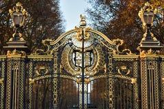 Puerta de la entrada de un parque en el centro Londres imagen de archivo