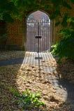 Puerta de la forma y sombra cruzadas del molde en un garder del chuch Fotos de archivo libres de regalías