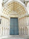 Puerta de la iglesia con el dintel de piedra tallado Fotografía de archivo