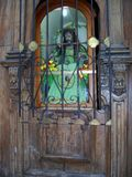 Puerta de la iglesia con la estatua antigua de Cristo Fotografía de archivo