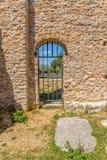 puerta de la iglesia del Pre-románico Imagenes de archivo