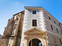 Puerta de la iglesia gótica de Clarissine en Bratislava Foto de archivo