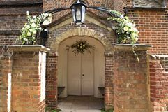 Puerta de la iglesia lista para una boda Foto de archivo