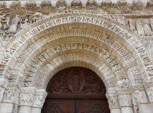 Puerta de la iglesia y dintel tallado Fotos de archivo