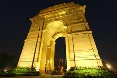 Puerta de la India con las luces en la noche, Nueva Deli, la India Imágenes de archivo libres de regalías