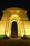 Puerta de la India con las luces en la noche, Nueva Deli, la India Fotos de archivo