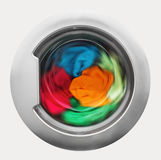 Puerta de la lavadora con la ropa giratoria dentro Fotografía de archivo libre de regalías