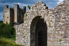 Puerta de la pared del castillo del ajuste foto de archivo libre de regalías