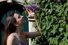 Puerta de la pared del syringa de la lila del sol de la mujer, Groot Begijnhof, Lovaina, B?lgica fotografía de archivo libre de regalías