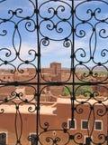Puerta de la parrilla con una fortaleza roja Fotos de archivo