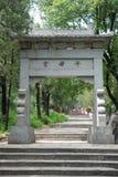 Puerta de la piedra de China en el montaje tai fotografía de archivo libre de regalías