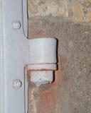 Puerta de la puerta de la bisagra en la puerta Imagen de archivo libre de regalías
