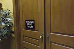 Puerta de la sala de tribunal con el mensaje de advertencia Imagen de archivo